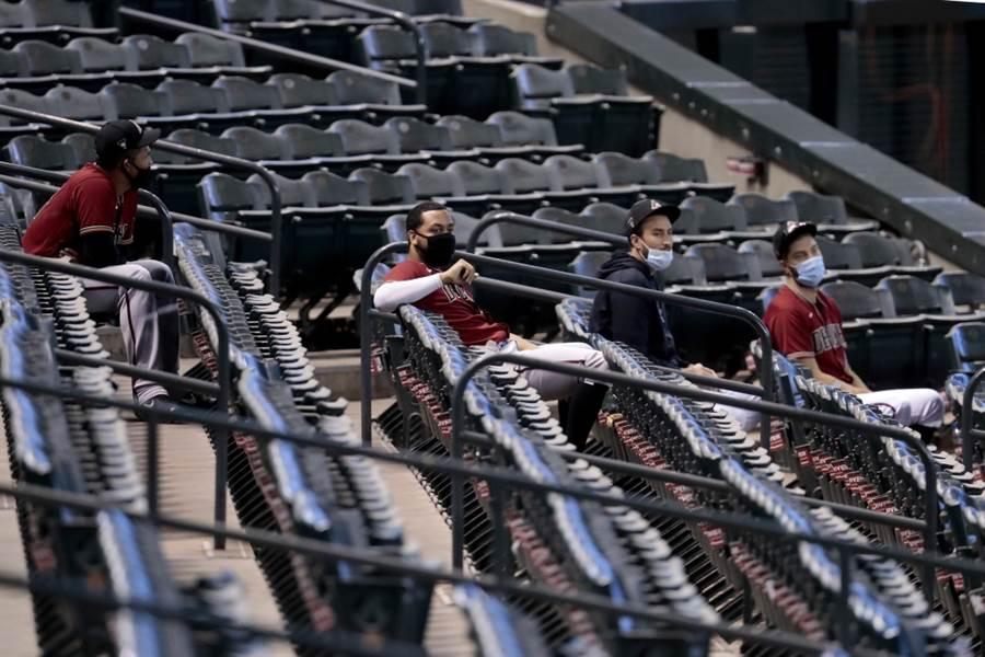 響尾蛇球員坐在觀眾席上觀看模擬賽。(美聯社資料照)