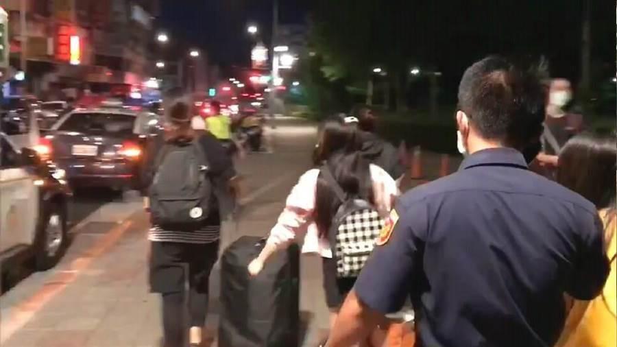 警方在萬華逮人。(圖/熱心民眾提供)