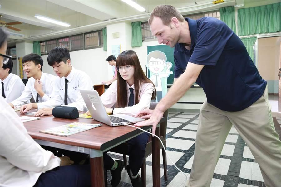 外師於課堂上針對教學主題指導學生。(教育部提供/林志成台北傳真)