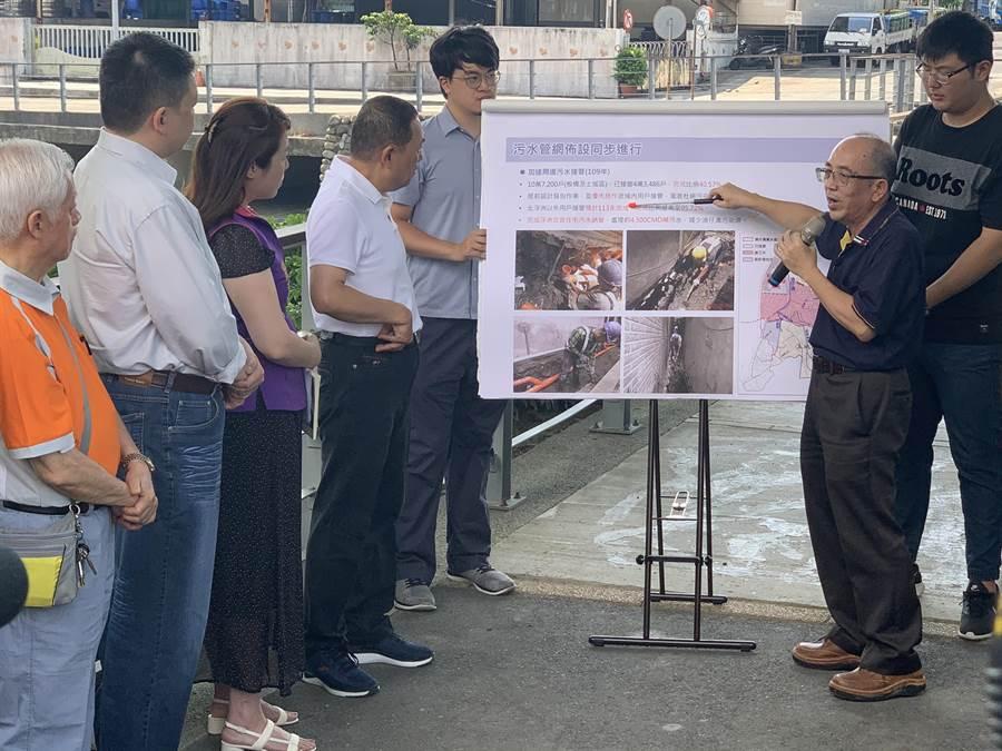 新北市長侯友宜(左四)今視察湳仔溝整治工程。(王揚傑攝)