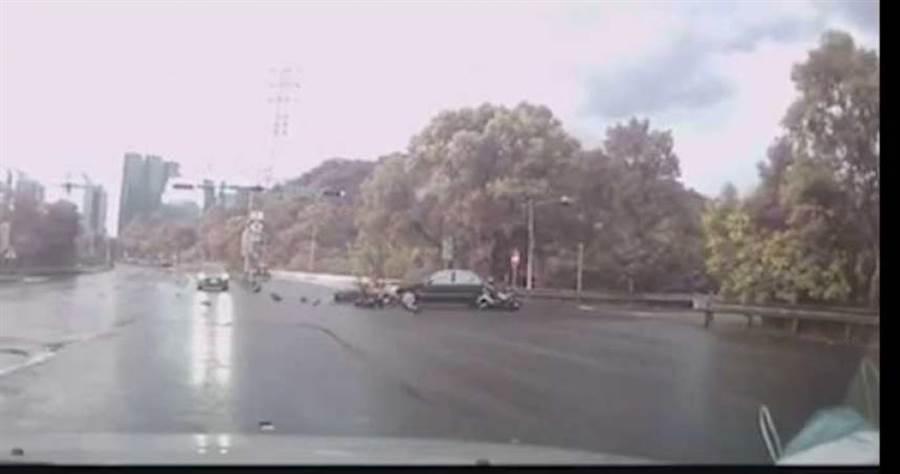 王男駕車闖紅燈造成直行的3名機車騎士閃避不及撞上,機車零件噴飛一地相當可怕。(圖/翻攝畫面)