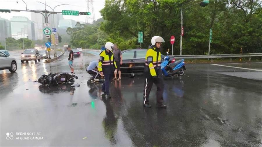 警方獲報到場將3名機車騎士送醫,所幸並無生命危險。(圖/翻攝畫面)