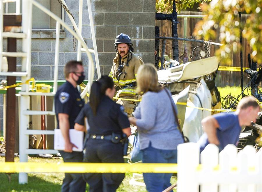 美國一架派珀PA-32(Piper PA-32)單引擎小飛機當地時間25日下午1時40分左右,墜毀於猶他州鹽湖郡一處民宅社區,造成3人喪命、另外數人受傷,當中一人為9個月大嬰兒,意外事件也導致3棟民宅毀損。(圖/美聯社)