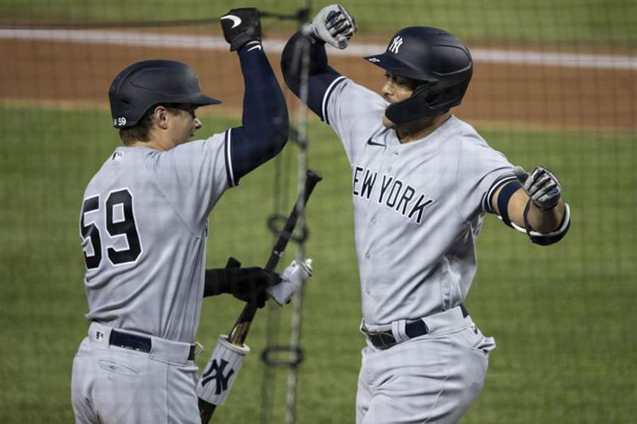 洋基隊「怪力男」史坦頓(右)揮出陽春全壘打後相當興奮,隊友也與他一起慶祝。(美聯社)