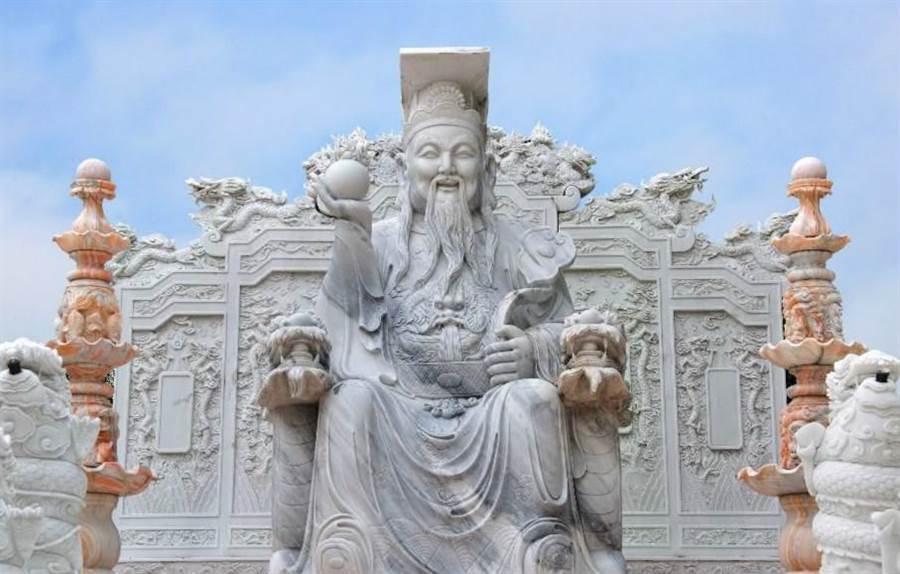 明天是玉皇大帝成道之日,傳說當天會大開天門,若到廟裡祭拜天公,就可補年中運。(達志影像/shutterstock)