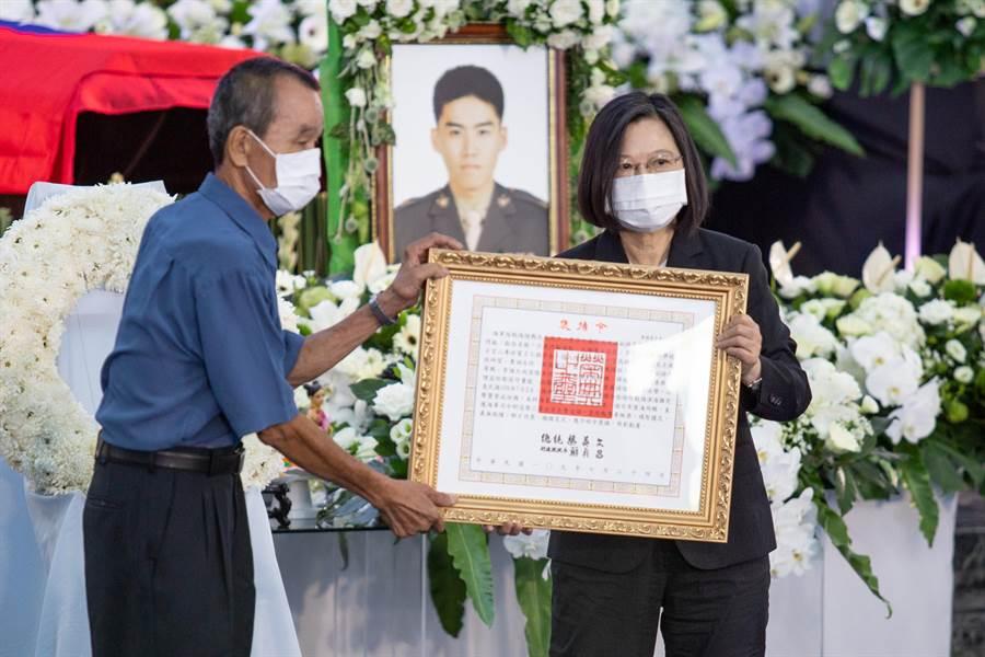 蔡英文總統頒發褒揚令給陳志榮的父親。(袁庭堯攝)