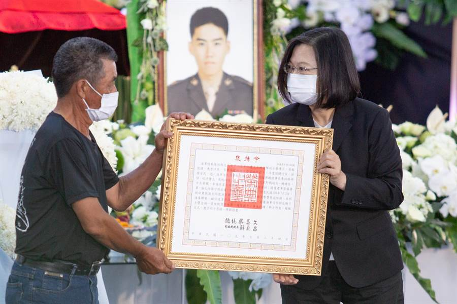 蔡英文總統頒發褒揚令給蔡博宇的父親。(袁庭堯攝)
