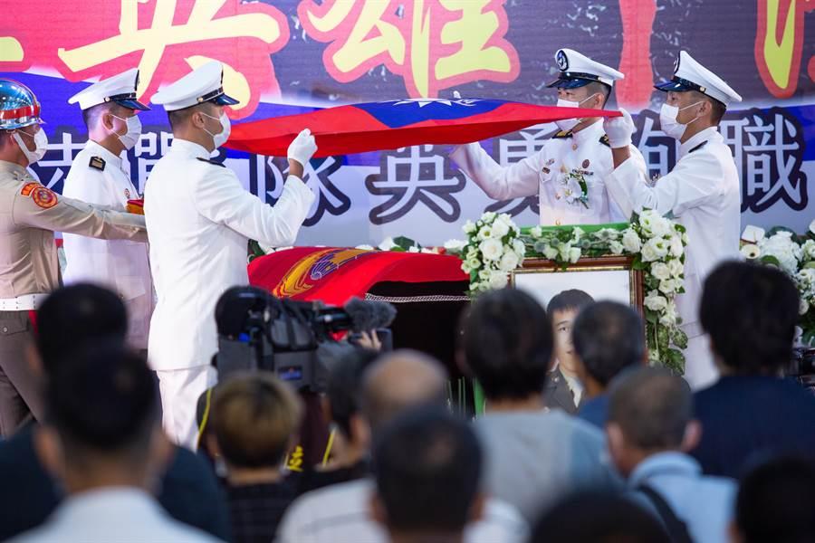 軍方將陳志榮、蔡博宇兩人棺木特地覆上海軍陸戰隊旗和國旗。(袁庭堯攝)