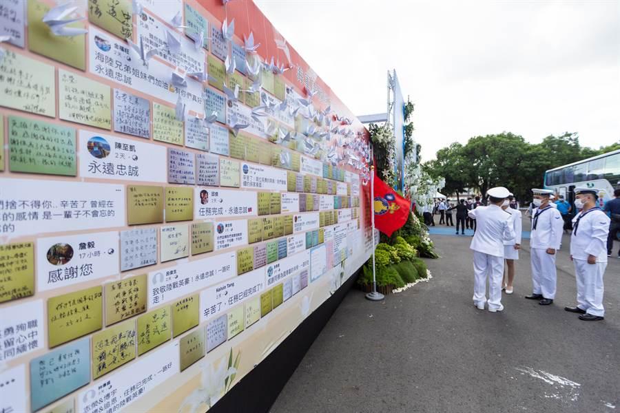 同袍以便利貼寫下對陳志榮、蔡博宇兩人的思念,軍方將其佈置在會場外牆。(袁庭堯攝)