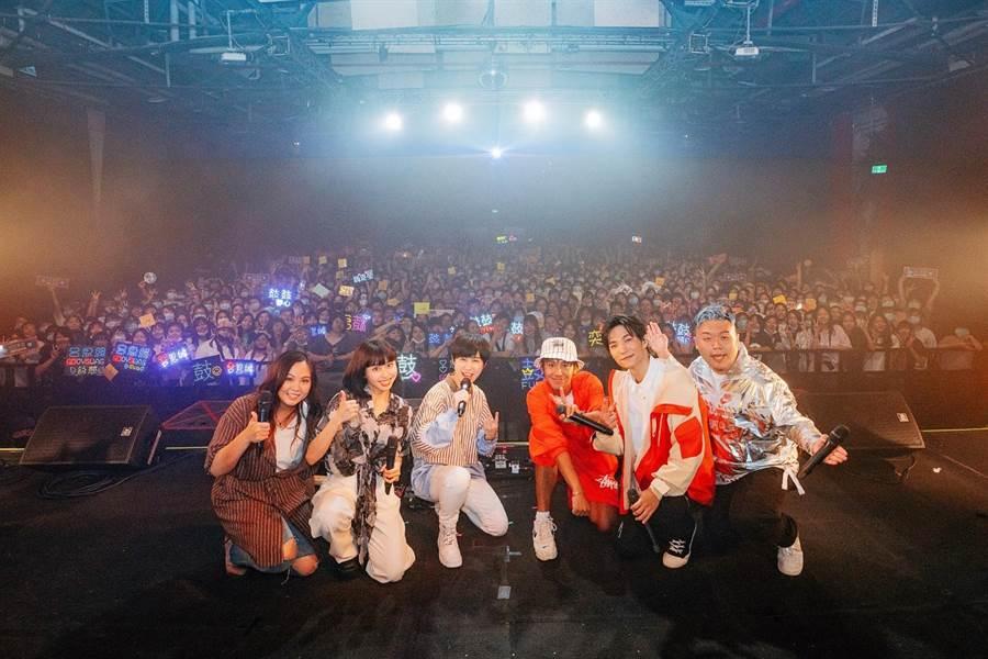 魚乾(左起)、李芷婷、魏嘉瑩、鼓鼓、黃奕儒、小納豆與粉絲大合照。(相映國際提供)