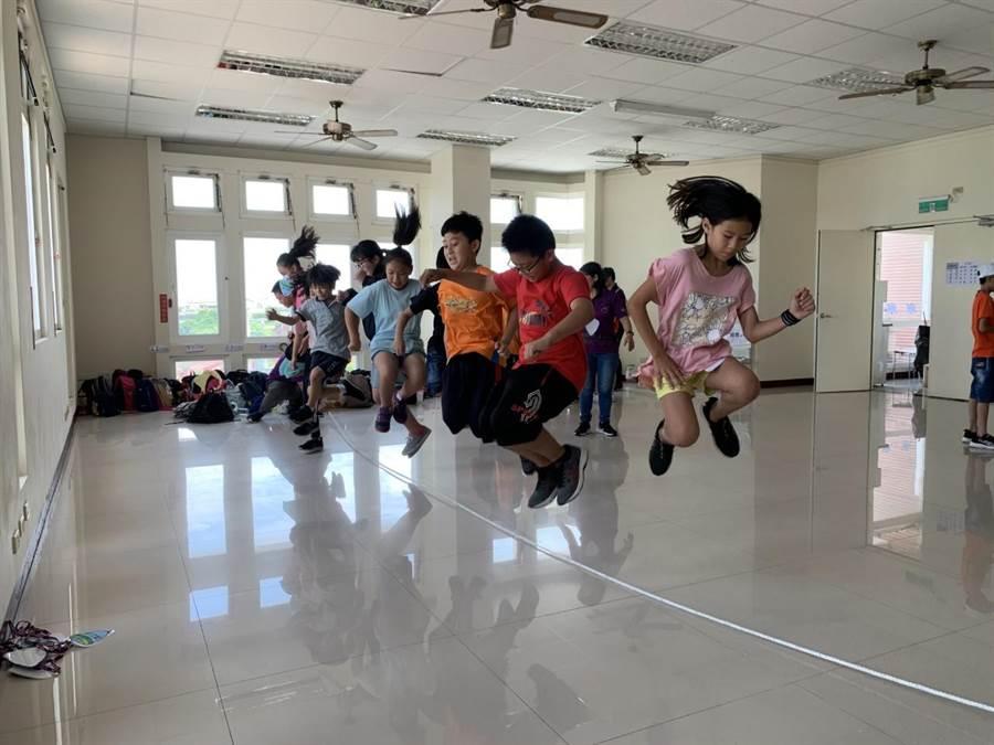 傳統跳繩不只讓學童玩童玩,培養團體力也是活動主軸之一。(北台中家扶中心提供/王文吉台中傳真)