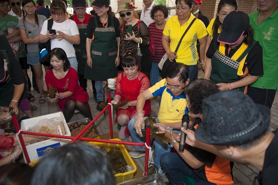 台中市甲安埔希望協會舉辦傳統米食教學活動,300多名婆婆媽媽分組惡補肉粽、紅龜粿、麻糬和包粿等手藝。(王文吉攝)
