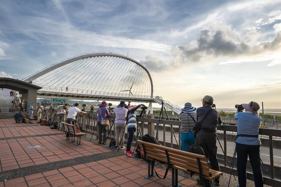 跨越西濱公路的豎琴橋,因造型獨特,一直以來都是愛好攝影的遊客拍照與打卡的熱門景點。(陳育賢攝)
