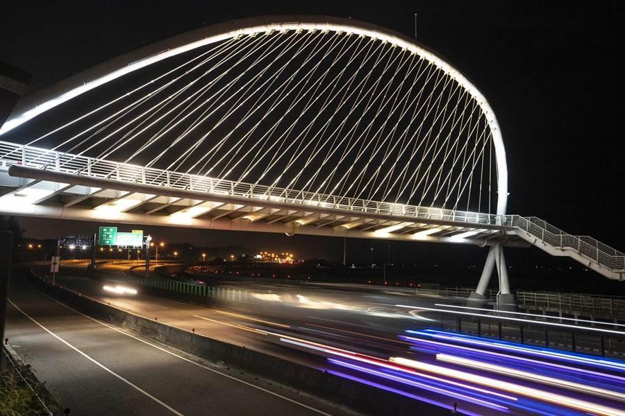 豎琴橋近日首度換上18盞投射燈,讓整座橋梁造型在夜間也能呈現不同的獨特性與線條。(新竹市政府提供/陳育賢新竹傳真)