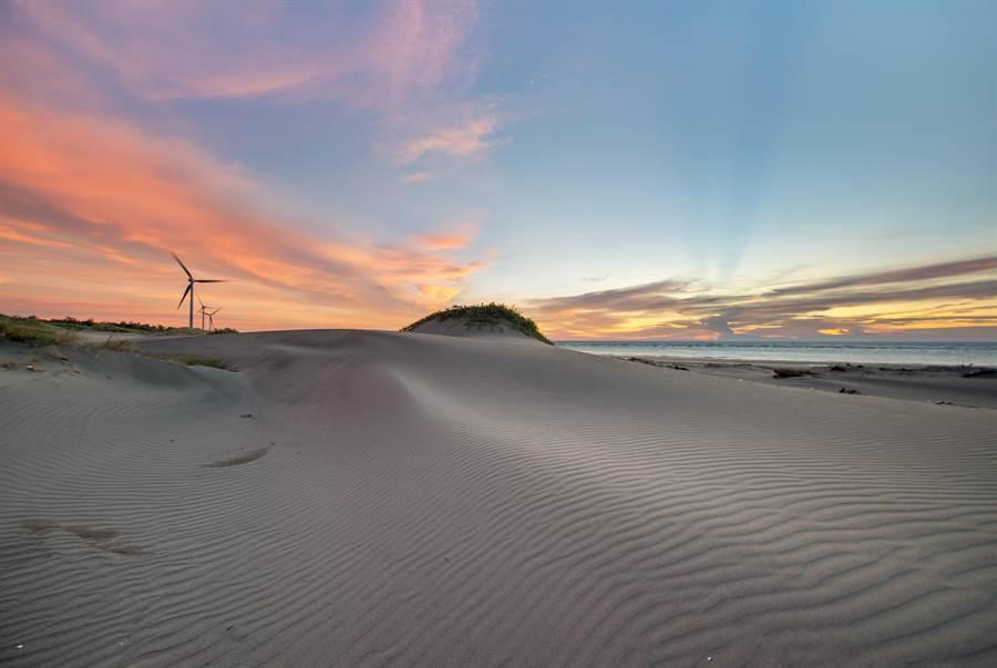 也被稱為「沙漠祕境」的「香山沙丘」,因有著無邊無際的沙丘,還有蔓荊、馬鞍藤等植物,景色讓人感覺彷彿到國外。(新竹市政府提供/陳育賢新竹傳真)