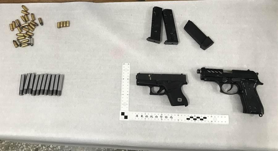警方從吳嫌身上及民宿房內起出非制式手槍2把、子彈24發、彈匣3個、改造槍管10枝,彈殼4枚等違禁物。(翻攝畫面/潘建志屏東傳真)