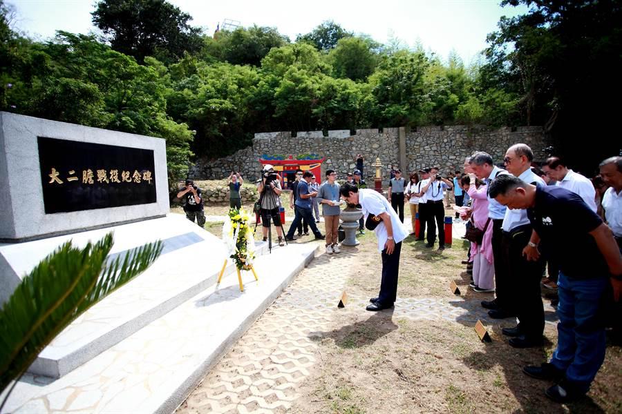 今天是大二膽戰役70周年紀念日,前總統馬英九登島在紀念碑獻花致敬。(縣府提供/李金生金門傳真)