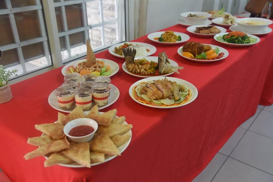 家扶少年料理14道佳餚,呈現一年累積的成果。(南投縣政府提供/林心柔南投傳真)