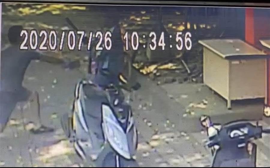 從監視錄影畫面發現郭男持刀砍向廖男。(民眾提供/馮惠宜台中傳真)