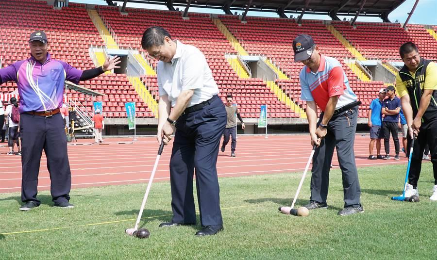 縣長楊文科(左二) 體驗打木球,說很有趣也很容易上手。(羅浚濱攝)