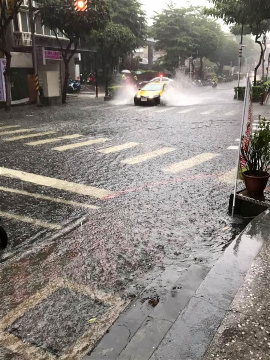 民眾拍下國光路淹水狀況。(翻攝自臉書社團《我是永和人》)