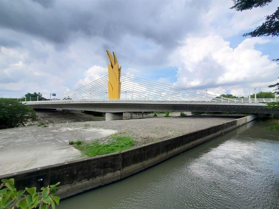 雲禾大橋跨越流經11鄉鎮市的新虎尾溪,是雲林縣汙染最嚴重的河流之一。(周麗蘭攝)