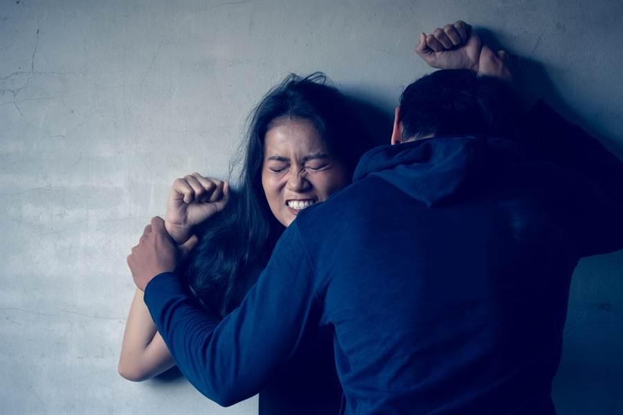 1名女子因怕男工友人被炒魷魚,好意來他家手機教學,卻遭到熊抱強吻後硬上。 (示意圖/達志影像/Shutterstock提供)