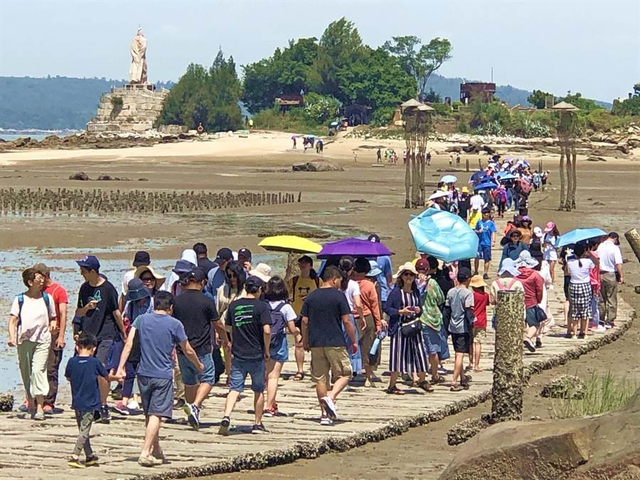 金門暑假旅遊持續發燒,被譽為金門版「摩西分海」的建功嶼,25、26日連2天遊客大爆發。(李金生攝)