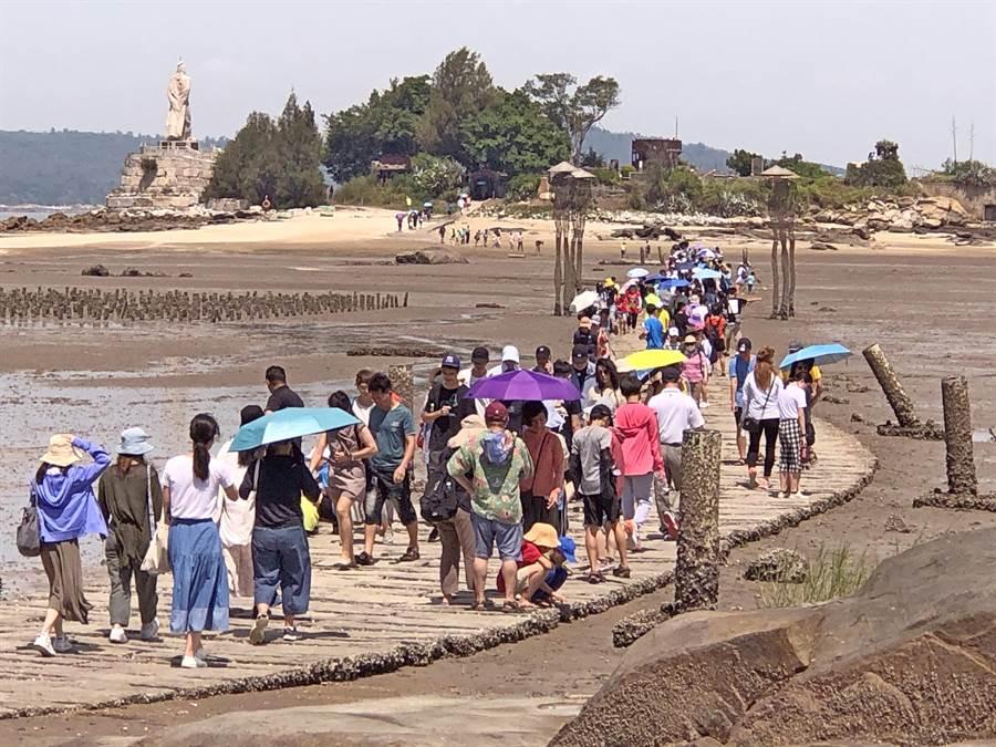 建功嶼是距離金門本島最近的小離島,退潮時可循舖排於海上的石板步道往來,以金門版「摩西分海」打開景點知名度。(李金生攝)