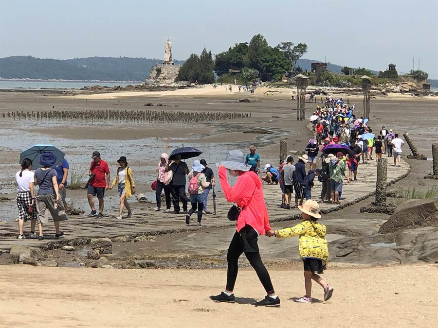 建功嶼的生態資源豐富多樣,是暑假親子遊的好地方。(李金生攝)
