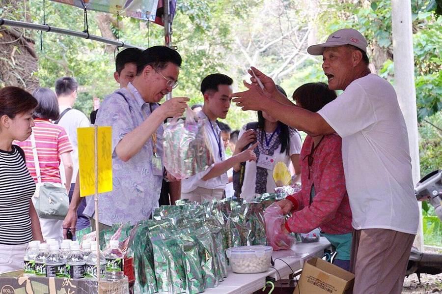 吳釗燮在龍騰斷橋周邊消費振興經濟。(圖由外交部提供)