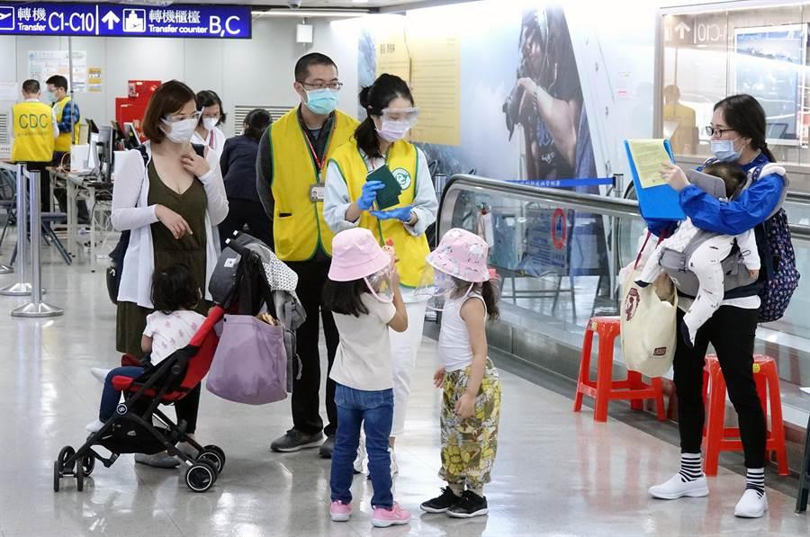 中央流行疫情指揮中心規範26日起從菲律賓入境旅客全面採檢,首批旅客23人26日下午抵達桃園機場,配合疾管署檢疫官審核申報資料並採檢。旅客下機後表示,菲國對疫情的控制狀況不明,還是先回台灣比較安心。(陳麒全攝)