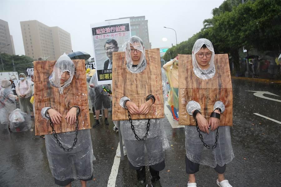 來自全台各地的遊行民眾發揮創意,以各種KUSO方式揭發惡官罪行。
