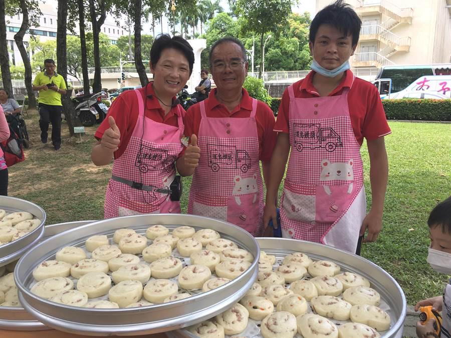 林波、靳寶儀夫妻(左二、三)與兒子環島教做饅頭,分享簡單的幸福 。(廖素慧攝)