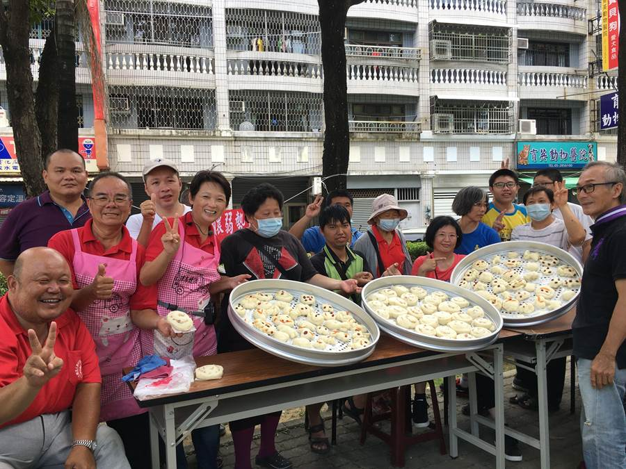 林波、靳寶儀夫妻(左二、三)教嘉義市肢體殘障協會做香Q饅頭。(廖素慧攝)