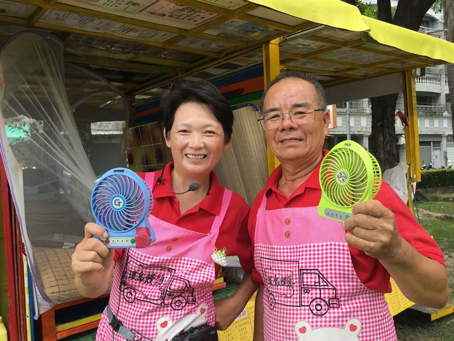 林波、靳寶儀夫妻餐風露宿,酷熱的夏日,用兩台小電風扇抗熱。(廖素慧攝)