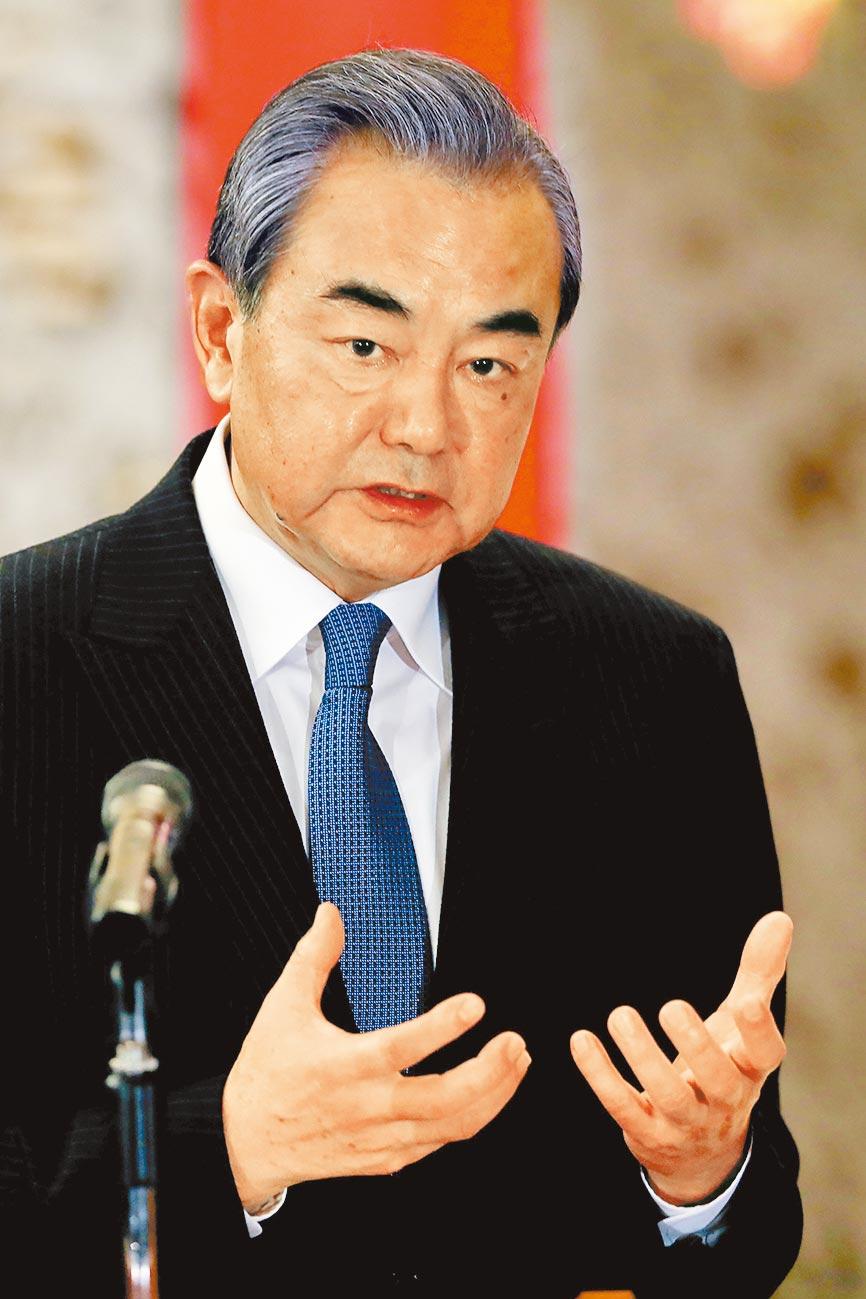 大陸國務委員兼外長王毅表示,不容美方胡來但也不隨美國起舞。(美聯社)