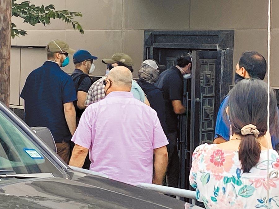 美國聯邦官員和鎖匠24日使用電動工具,試圖撬開大陸駐休士頓總領事館後門。(路透)