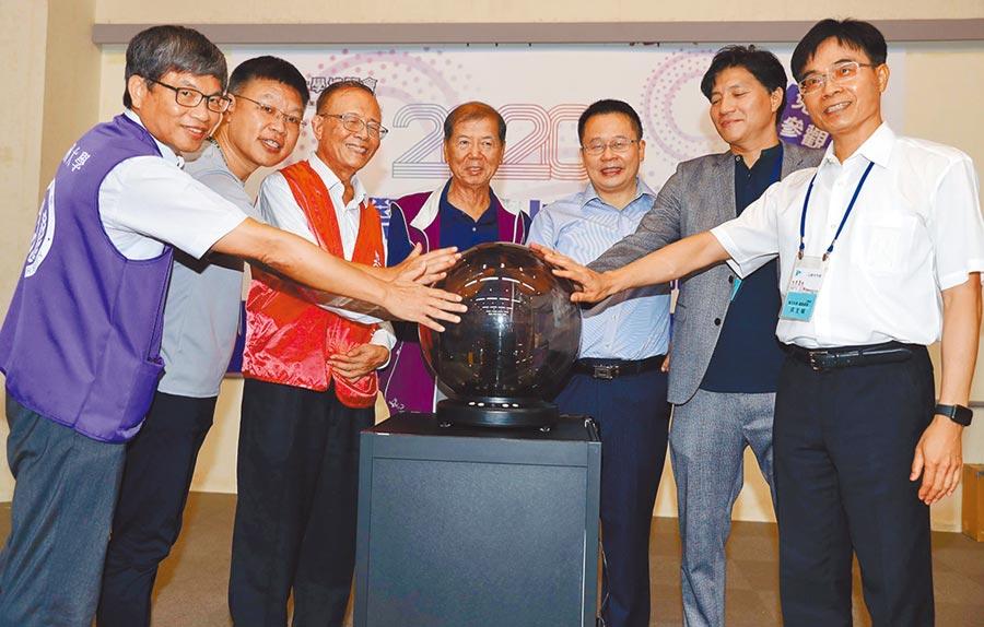 2020大學校院博覽會25日在中國時報大樓舉行,佛光大學校長楊朝祥(中)、中國時報社長王綽中(右三)等出席開幕典禮。(季志翔攝)