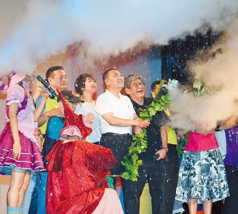 2020新北兒藝節及熊猴森樂園25日舉行堤坡滑梯聯合開幕儀式,新北市長侯友宜(左四)噴乾冰同樂。(陳怡誠攝)