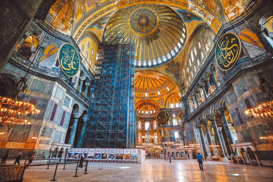 西元6世紀以來,聖索菲亞教堂一直是基督教與伊斯蘭教和平共處的圖騰。(路透)