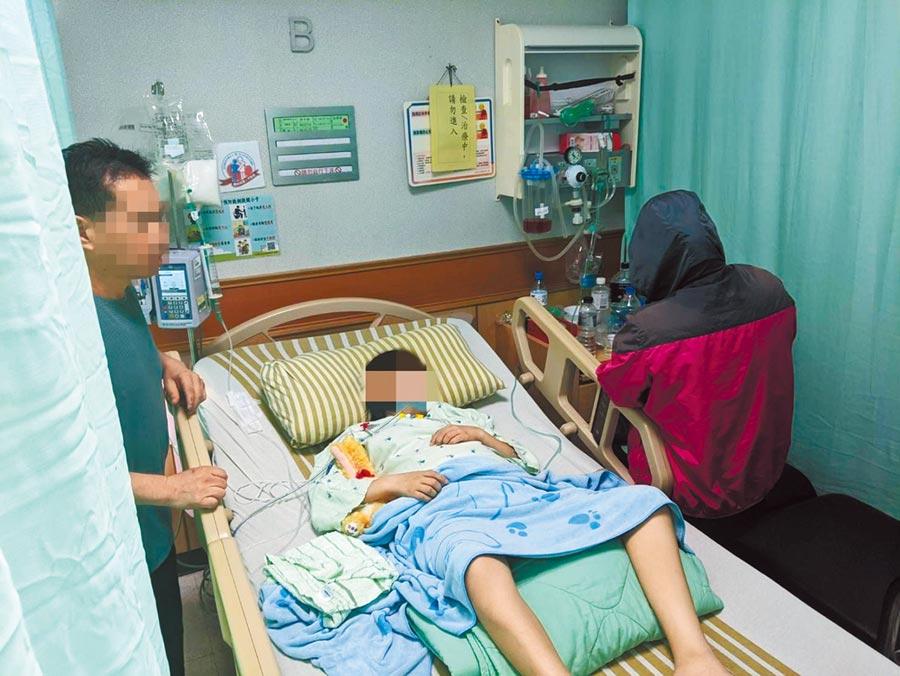 洪母(右)趕抵醫院,直喊「懷胎10月怎能不心痛」,洪父(左)對於完成女兒心願也覺得欣慰。(翻攝照片/賴佑維桃園傳真)