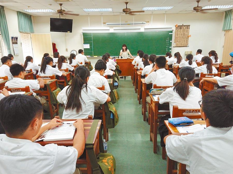 108課綱對「考試範圍與題型模式」的改變,影響選材教案設計,跨領域範疇壓得師生喘不過氣。(本報資料照片)