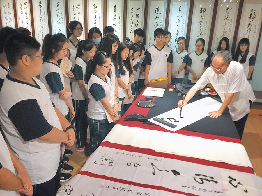 新課綱改變傳統教學現場,文學、書法藝術沒國界。(廖志晃攝)