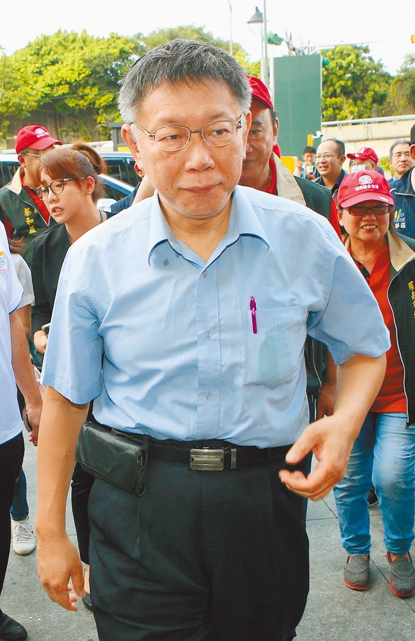 台北市長柯文哲 25日出席環南中繼市場開幕活動,會後針對疑涉弊的北市建管處助理工程師事曾華崇輕生受訪,表示家屬的感受是最真實的,對於這種不實輿論和指控都算在曾華崇身上,家屬很不滿意。(趙雙傑攝)