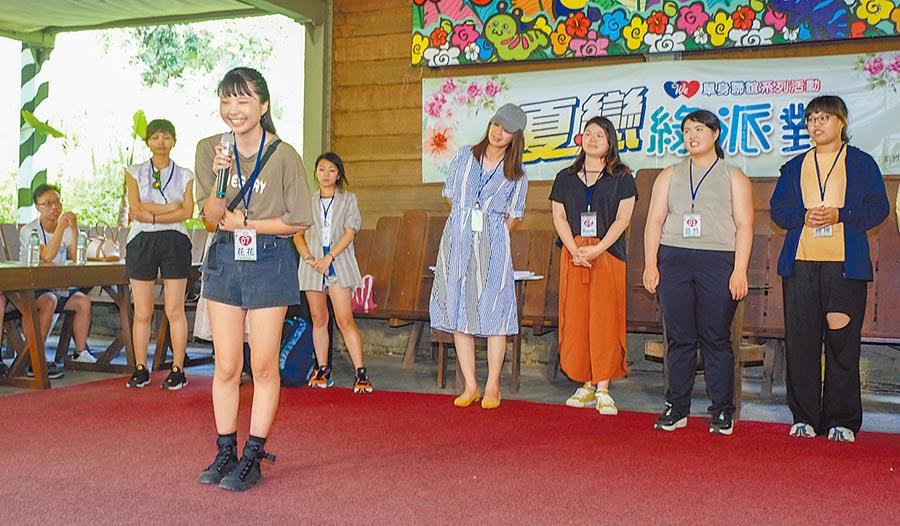 新竹縣府牽紅線,昨在北埔綠世界舉辦「夏戀綠派對」,圖為自我介紹聯誼活動。(羅浚濱攝)