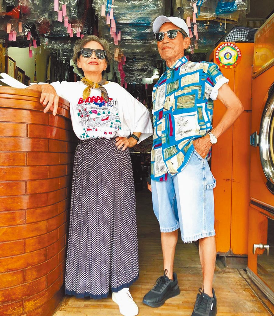 張瑞夫巧妙運用客人遺棄的衣物幫爺爺奶奶穿搭時尚造型,以洗衣店為背景拍照,風格相當強烈。(張瑞夫提供/王文吉台中傳真)