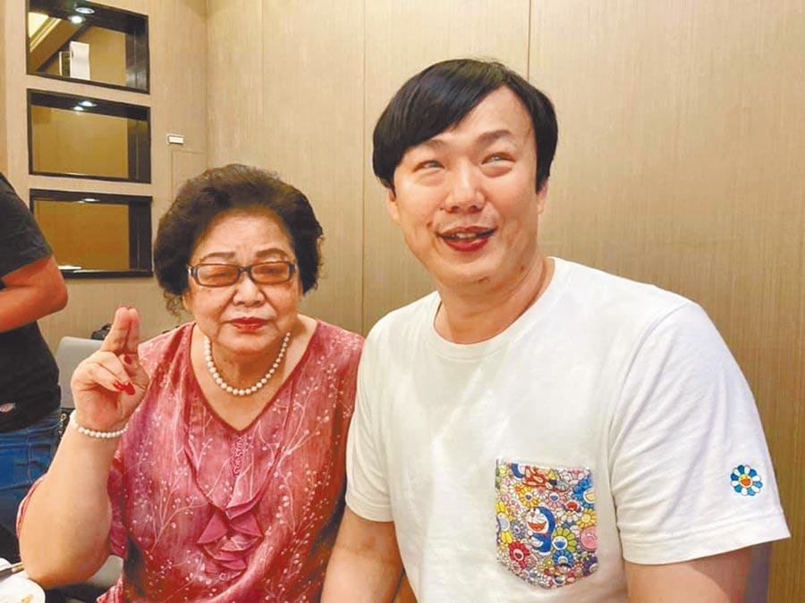 蕭煌奇(右)日前幫媽媽歡慶70大壽。(摘自臉書)