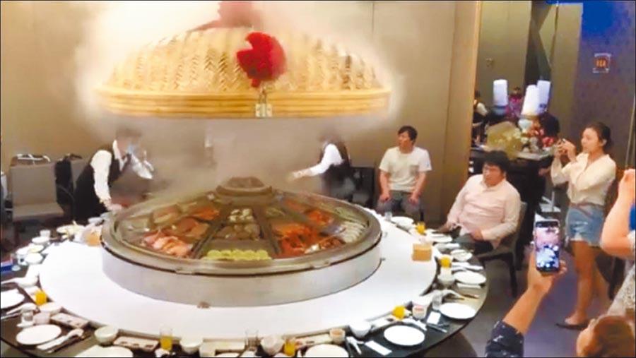 蕭煌奇宴請家人吃飯,大蒸籠裡滿是海鮮佳餚。(摘自臉書)