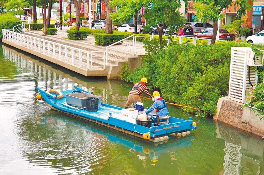 市府基層同仁戮力執行清潔打撈作業,維護幸福川河面整潔。(高雄市政府提供)